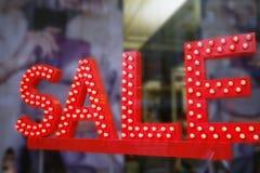 La vendita firma dentro la finestra del negozio immagini stock