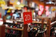 La vendita firma dentro un negozio di vestiti Fotografia Stock