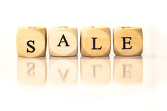 La vendita ha compitato la parola, lettere dei dadi con la riflessione Fotografia Stock