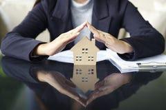 La vendita rappresenta casa di offerta dell'agente immobiliare la nuova, prestito del documento fotografia stock libera da diritti