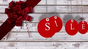 La vendita rossa etichetta l'attaccatura contro legno con l'arco festivo illustrazione vettoriale