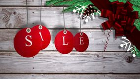La vendita rossa etichetta l'attaccatura contro legno con le decorazioni festive archivi video