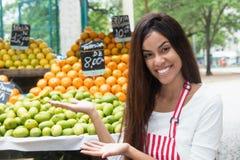 La venditora brasiliana agli agricoltori commercializza la presentazione della frutta tropicale Immagine Stock Libera da Diritti