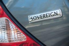 La venta al por menor del logotipo soberano del jaguar en el coche gris parqueó en la calle imagen de archivo
