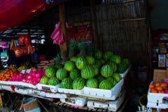 La venta da fruto en un mercado en las Filipinas Sandías, manzanas, piñas, plátanos, naranjas Foto de archivo libre de regalías