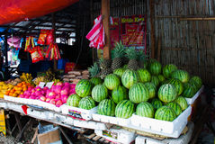 La venta da fruto en un mercado en las Filipinas Sandías, manzanas, piñas, plátanos, naranjas Foto de archivo