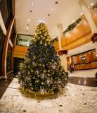 La venta del Año Nuevo de la Navidad en una alameda grande Foto de archivo libre de regalías