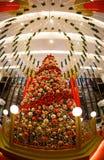 La venta del Año Nuevo de la Navidad en una alameda grande Fotos de archivo libres de regalías