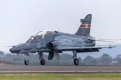 La ventaja de la fuerza aérea de australiano real RAAF BAE Hawk 127 en los aviones A27-33 del caza de entrenamiento aterriza con  imagenes de archivo