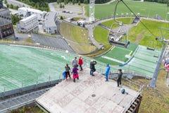 La ventaja del tiempo hermoso, turistas visita el salto de esquí el 27 de junio de 2016 en Lillehammer, Noruega Imágenes de archivo libres de regalías