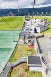 La ventaja del tiempo hermoso, turistas visita el salto de esquí el 27 de junio de 2016 en Lillehammer, Noruega Fotografía de archivo libre de regalías