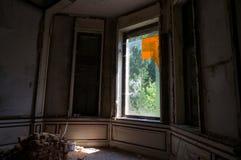 La ventana abandonada de la mansión foto de archivo