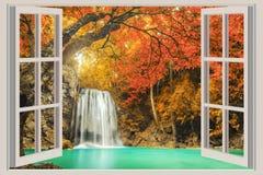 La ventana abierta, con opiniones de la cascada Fotos de archivo libres de regalías