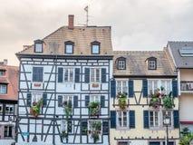 La ventana adornó la casa en Estrasburgo Foto de archivo libre de regalías
