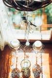 La ventana adorna por la guirnalda del beautifyl dentro de la cabaña Foto de archivo