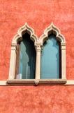 La ventana adornada del veneciano-estilo del edificio del siglo XVII Palazzo Moscardo adelante vía Camuzzoni, Soave imagenes de archivo