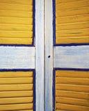 La ventana amarilla shutters el primer, fondo colorido Fotos de archivo