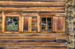 La ventana con el arquitrabe tallado de madera en la casa de madera vieja en la ciudad rusa vieja Fotos de archivo