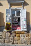 La ventana con ropa en estilo del vintage Almohada de la blusa de la falda Imagenes de archivo