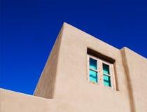 La ventana con turquesa echó en un edificio del estuco fotografía de archivo libre de regalías