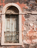 La ventana de la casa abandonada vieja Imagenes de archivo