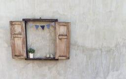 La ventana de madera abierta adorna en el muro de cemento viejo que ven en estilo del vintage foto de archivo libre de regalías