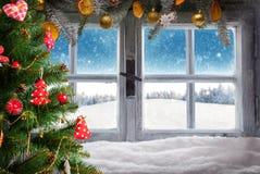 La ventana de madera del vintage pasa por alto paisaje del invierno Imagen de archivo libre de regalías