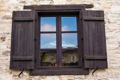 La ventana de madera marrón rústica shutters con el viejo fondo de la pared de piedra Fotos de archivo