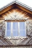 La ventana de madera resistida vieja con las bisagras y los obturadores tallados retro fotografía de archivo