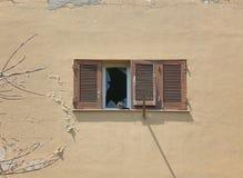 La ventana de madera vieja con el vidrio quebrado, paloma, abandonó el edificio Imágenes de archivo libres de regalías