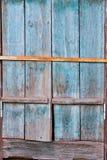 La ventana de madera vieja shutters con la peladura apagado de la pintura y oxidado Imágenes de archivo libres de regalías