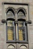 La ventana de un castillo europeo antiguo fotos de archivo