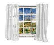 La ventana del vintage con las cortinas blancas aisló ver el campo de los girasoles Foto de archivo