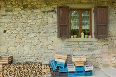 La ventana en el Casentino verde en Toscana Foto de archivo