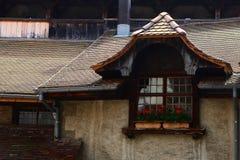La ventana en el castillo de Chillon fotografía de archivo