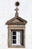 La ventana en Marvao adornó con un frontón triangular y una cruz Imágenes de archivo libres de regalías