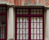 La ventana está en rojo foto de archivo