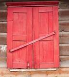 La ventana roja en la casa vieja fotografía de archivo