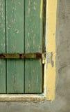 La ventana vieja con el obturador y la pared verdes Imagenes de archivo