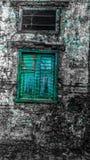 La ventana vieja de la aguamarina foto de archivo