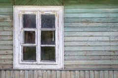 La ventana vieja de la casa de madera vieja Fondo de paredes de madera Fotografía de archivo