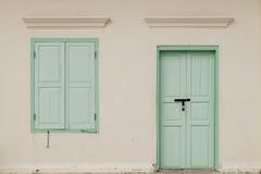La ventana y la puerta viejas en color emparedan el estilo tailandés, clase del tono del vintage Foto de archivo libre de regalías