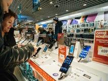 La vente de Black Friday de l'électronique aux personnes de magasin de FNAC achètent le smartp Photographie stock libre de droits