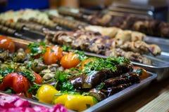 La vente de rue des légumes a fait cuire au four sur le gril à la célébration Images libres de droits