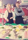 La vente de substance de boutique a refroidi sur des poissons de glace dans le supermarché image libre de droits
