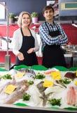 La vente de substance de boutique a refroidi sur des poissons de glace dans le supermarché photos stock