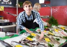 La vente de substance de boutique a refroidi sur des poissons de glace dans le supermarché photographie stock libre de droits