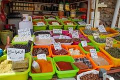 La vente des épices dans les bazars de l'Iran images libres de droits