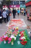 La vente des fleurs et des couplets en plastique de festival de printemps Photo libre de droits