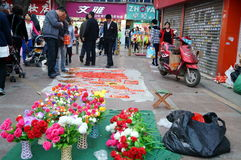 La vente des fleurs et des couplets en plastique de festival de printemps Photos stock